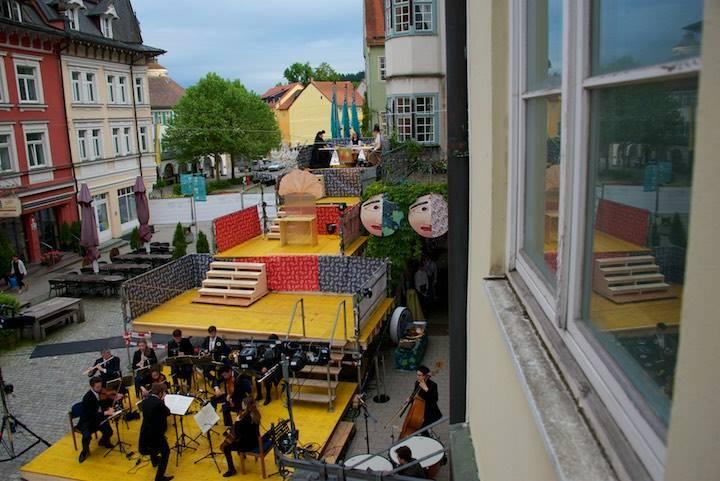 Festival 2016 - »Ein Maskenball« 1. Akt, Freilichtbühne am Rathaus Isny (Foto: Mackinnon)